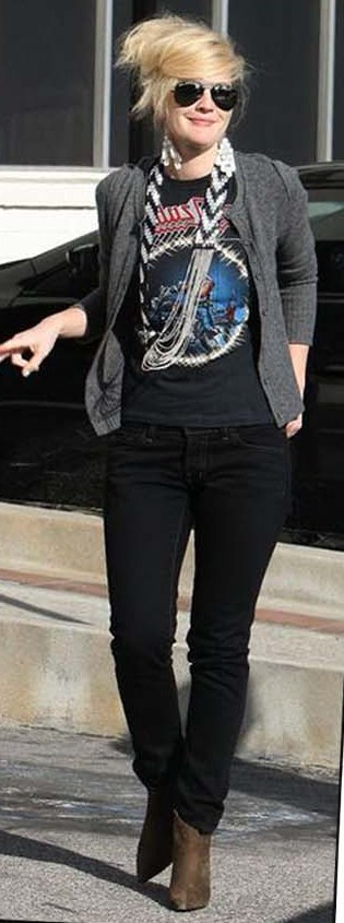Drew Barrymore adds interest to her band tee with a statement necklace.