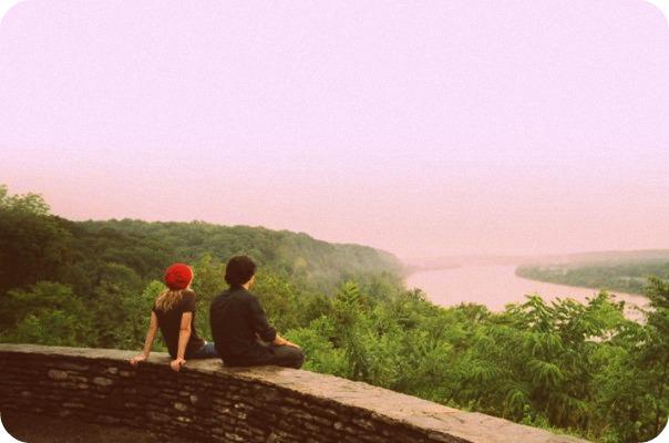 Kirsten Dunst and Orlando Bloom in Elizabethtown watching sunrise