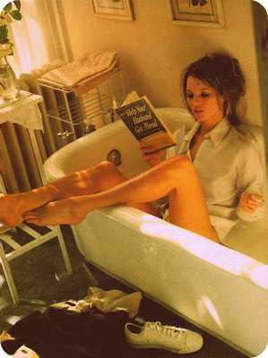 Kate Moss in bathtub reading